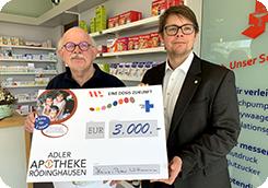 Heinz-Peter Wittmann übergibt einen Spendenscheck in Höhe von 3.000 Euro an AKWL-Pressesprecher Sebastian Sokolowski.