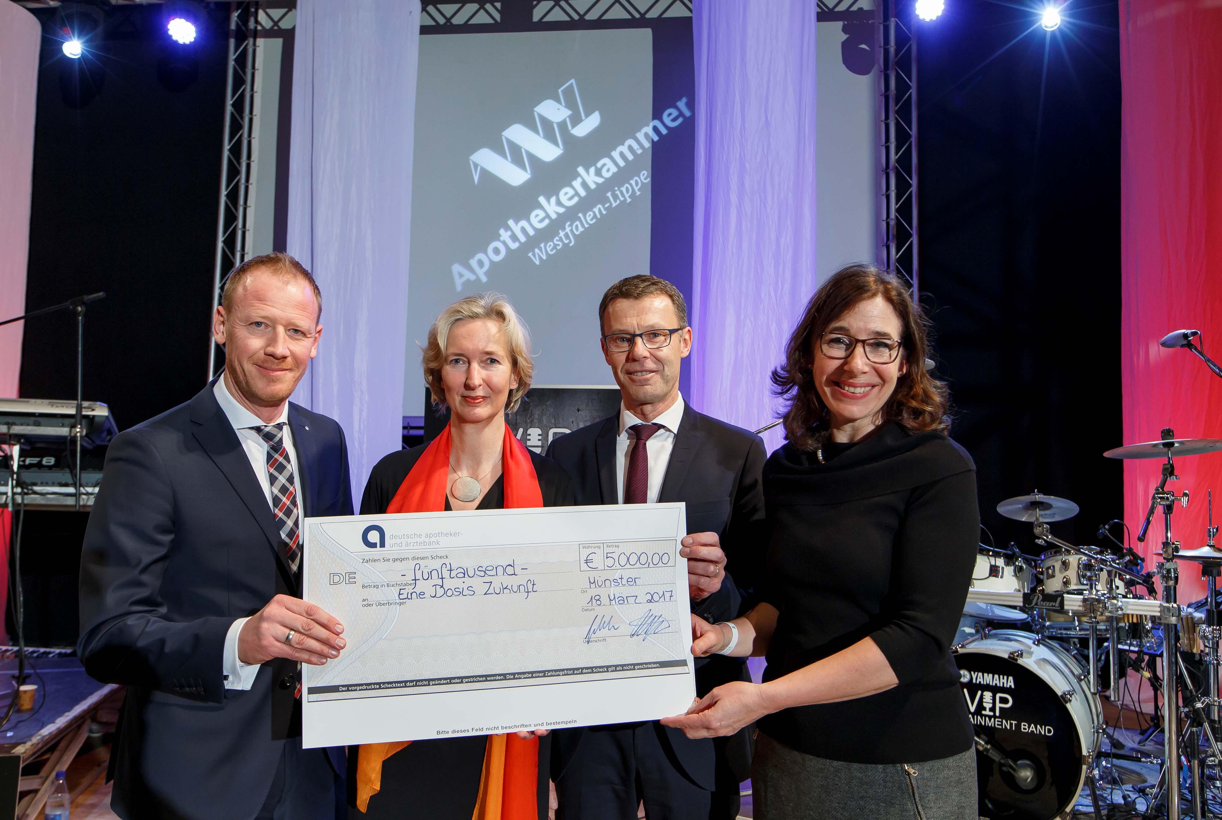 Gabriele Regina Overwiening (Kammerpräsidentin, rechts) und Katrin Weidemann (Vorstandsvorsitzende Kindernothilfe) freuten sich über die Spende der Deutschen Apotheker- und Ärztebank in Höhe von 5.000 Euro aus den Händen von Dirk Altfeld (links) und Franz-Josef Gebker.