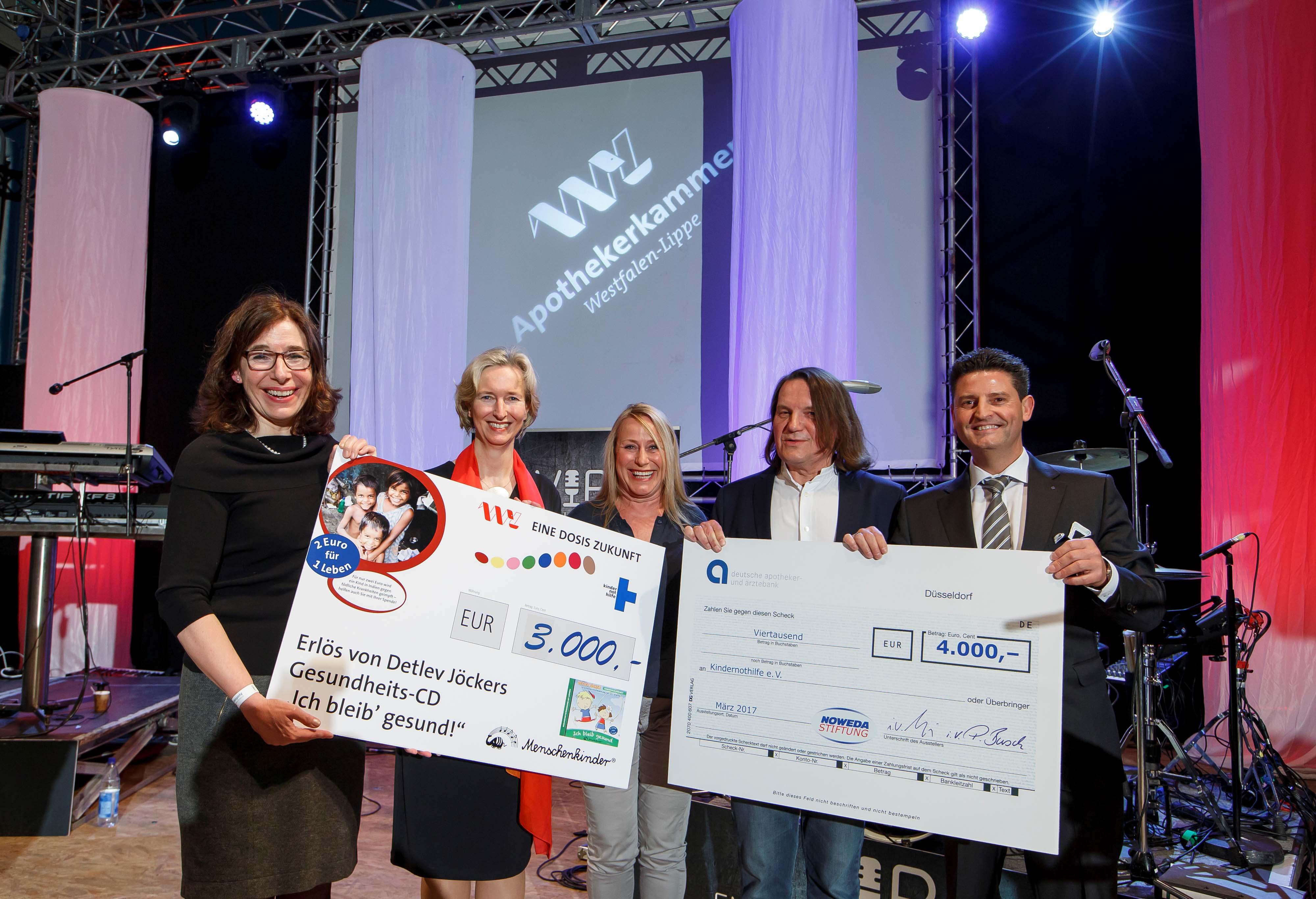 Gabriele Regina Overwiening (Kammerpräsidentin) und Katrin Weidemann (Vorstandsvorsitzende Kindernothilfe) nahmen die Spendenschecks von Detlev und Kornelia Jöcker sowie von Oliver Wackernagel (Noweda) über 3.000 und 4.000 Euro entgegen.