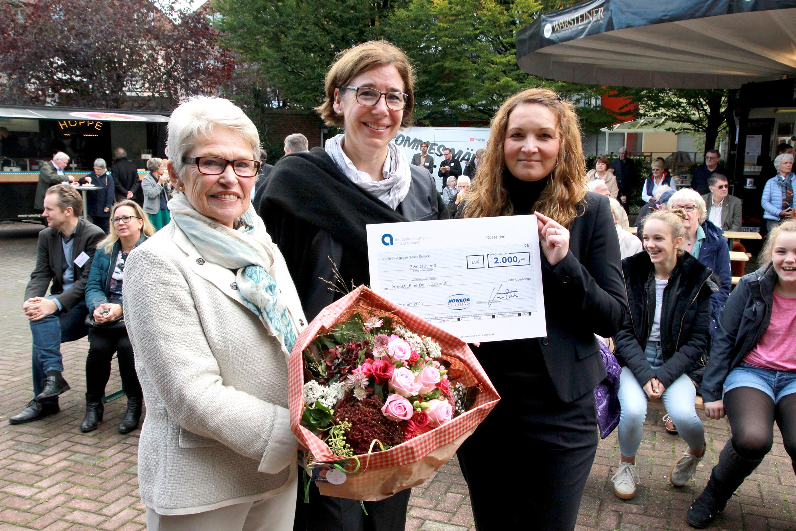Suzana Upmann überreichte von der NOWEDA-Stiftung an die Präsidentin der Apothekerkammer eine großzügige Spende in Höhe von 2.000 Euro.