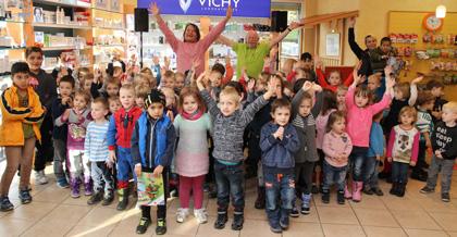 Kinderliederstar Detlev Jöcker mit singenden Kindergartenkindern