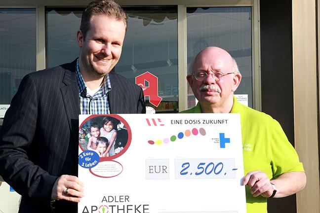 Apotheker Heinz-Peter Wittmann (Rödinghausen) übergab den Spendenscheck in Höhe von 2.500 Euro an Michael Schmitz, Geschäftsführer Kommunikation der Apothekerkammer und verantwortlich für das Hilfsprojekt