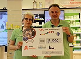 Apotheker Edward Mosch überreicht einen Scheck über 2.500 Euro für das Hilfsprojekt