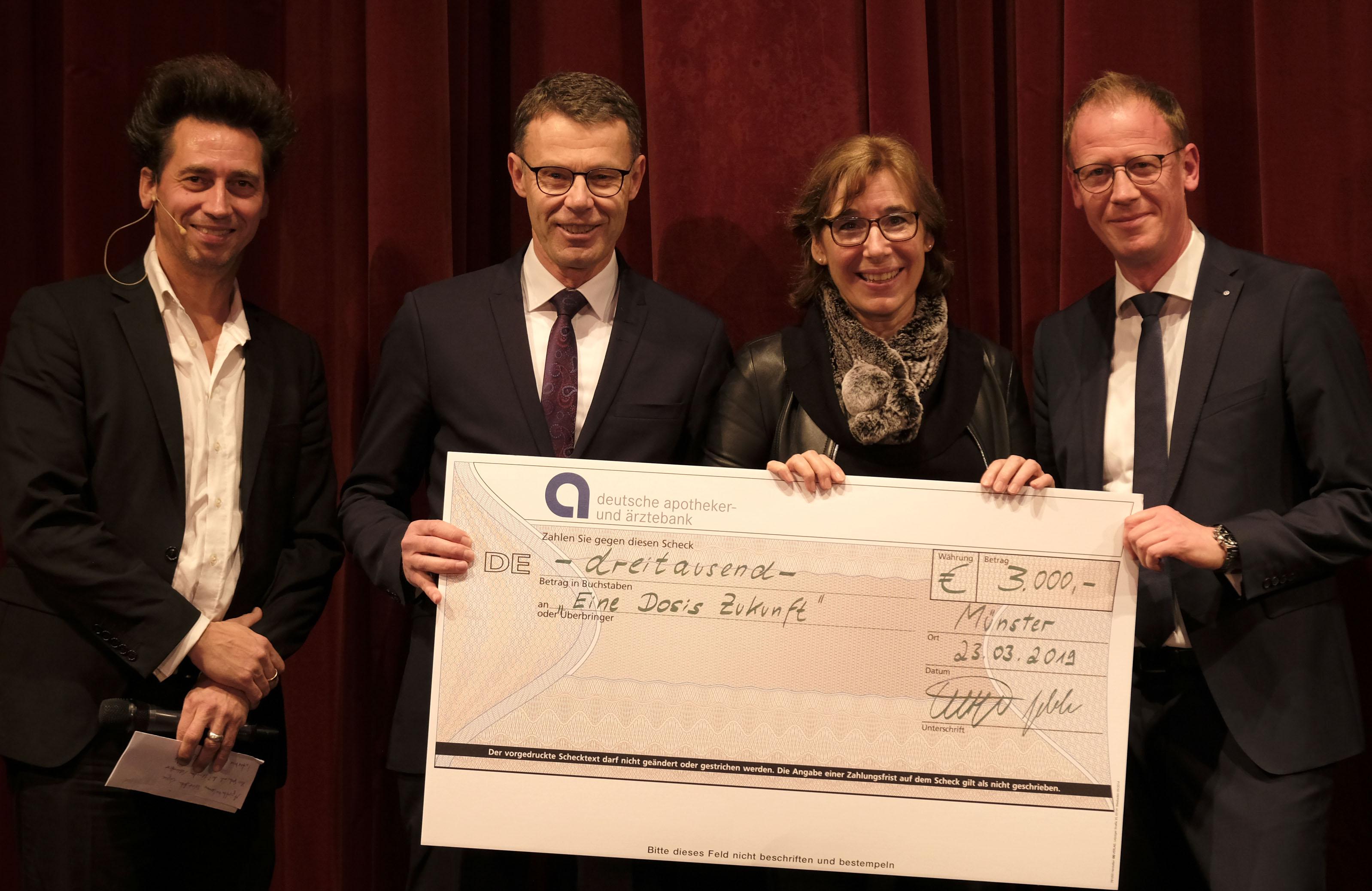 Kammerpräsident nimmt Scheck über 3.000 Euro entgegen
